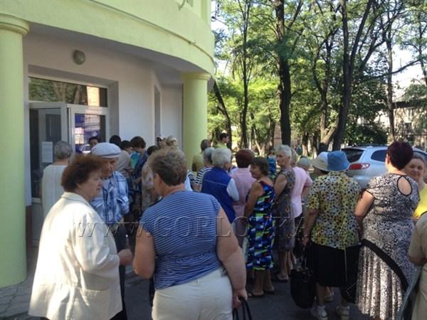 «Бабушки Янковского» устроили столпотворение в офисе Партии регионов. Пенсионеры стоят в очереди за «сотней» от нардепа