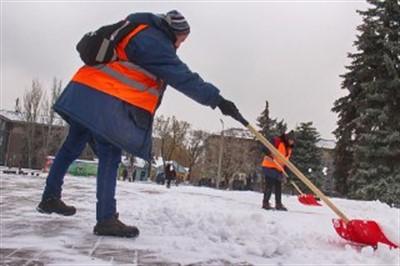 В Горловке сотрудники коммунальных служб вышли в выходной чистить снег. ФОТОРЕПОРТАЖ