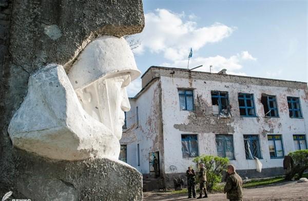 В горловском поселке Зайцево ликвидируют школу №15. Из-за обстрелов от нее остались лишь стены