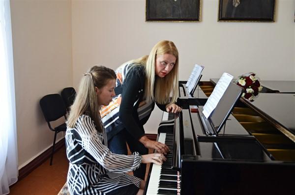 Пианистка из Америки Валентина Лисица провела мастер-класс в горловской музыкальной школе