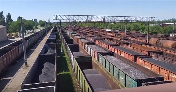 В Сети появилось видео с ж/д станции Горловки: часть вагонов пустые, часть с углем