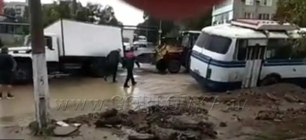 В Горловке в яму на дороге провалились пассажирский автобус и грузовик (ВИДЕО)