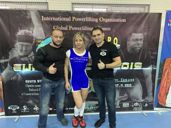 Горловчанка Анна Землянская заняла первое место на чемпионате по пауэрлифтингу. Он проходил в Киеве