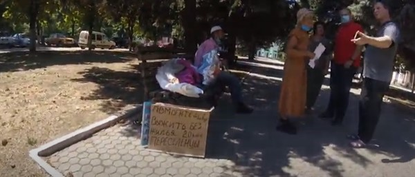 Горловчане-переселенцы без жилья бастовали возле Донецкой госадминистрации. Но их определили в психиатрию