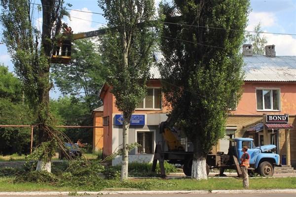Горловчане сами засыпают дворовые ямы, не дождавшись ремонта: как прожила Горловка июнь