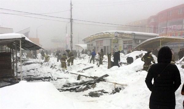 В Макеевке под тяжестью снега рухнул торговый ряд