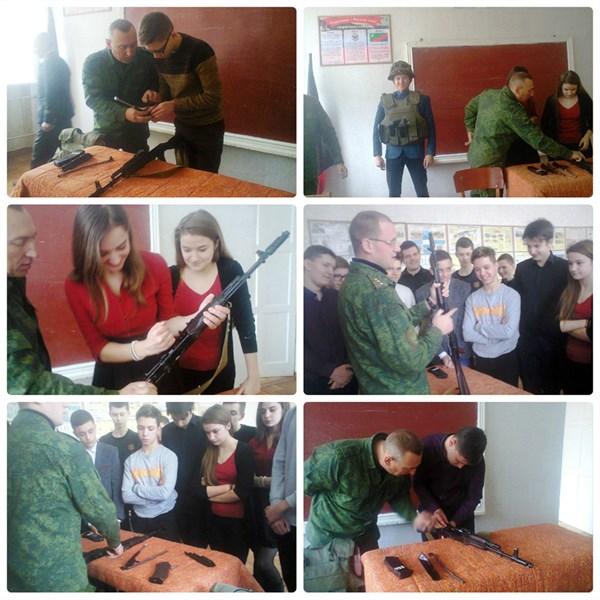 """В горловской школе № 16 военные от """"ДНР""""  учили детей собирать и разбирать автомат"""