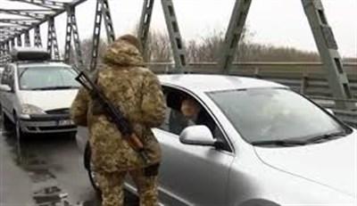 """Жителей """"ДНР"""" не выпускают через линию пропуска в Россию"""