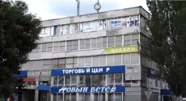 """Разбитые дороги, облезлые здания,  закрытые """"""""АТБ"""" - житель Горловки показал, как живется в городе"""
