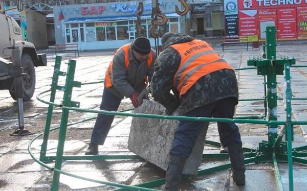 В Горловке начали устанавливать новогоднюю елку