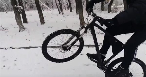 Горловчанин ставит рекорды по езде на одном колесе велосипеда по заснеженной дороге