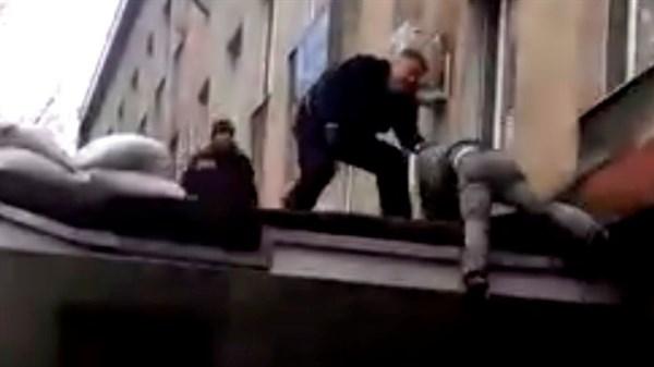Появилось видео, на котором видно, что начальник горловской милиции не скидывал с козырька человека в маске. Он сам, уворачиваясь от задержания, спрыгнул вниз