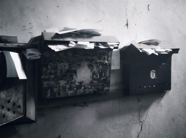 В соцсетях показали подъезд дома в Горловке, в котором живет один человек