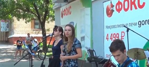 В Горловке местные музыканты устроили концерт под открытым небом