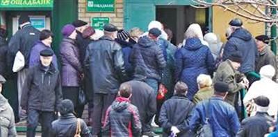"""Пенсионеры из """"ДНР"""" не могут снять гривны с карт """"Ощадбанка"""". Вот что будет с их деньгами"""