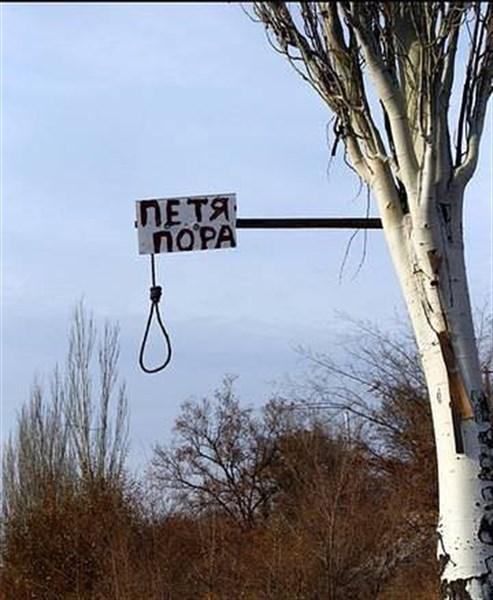 """""""Петя пора""""- в Горловке размещают на деревьях надписи с петлей"""