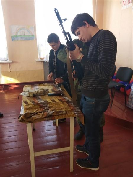 """Военные группировки """"ДНР"""" учат горловских школьников обращаться с оружием"""