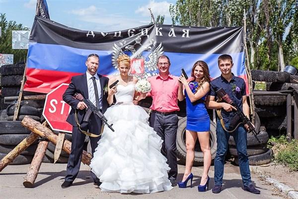 Свадьба в ДНР: в Горловке молодожены после ЗАГСа едут на блокпост и фотографируются с автоматами и пистолетами в руках (ФОТОФАКТ)