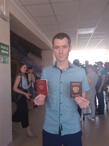 Главный коммунист Горловки получил российский паспорт. Он показал фото с документом