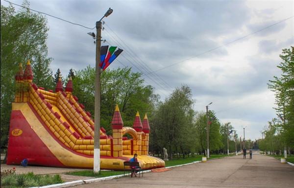 В Горловке исчезли аттракционы из детского городка по бульвару Димитрова. Что произошло