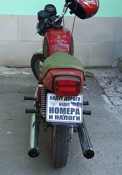 """По Горловке рассекает мотоциклист, у которого вместо номерных знаков, надпись: """"Будут дороги, будут номера и налоги"""""""