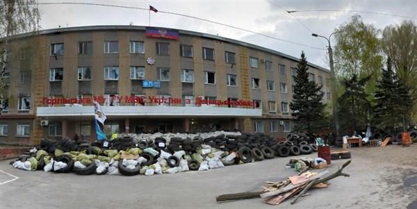 «Живой щит» против авиаударов: Бес приказал приковать наручниками военнопленных на крышах зданий Горловского УВД и ОБОПа