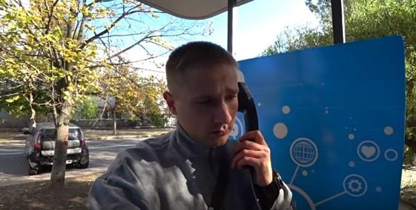 «В ДНР зазвонил телефон. Кто говорит? Слон. Откуда? От верблюда»: в Донецке трагедия – не работает «инновационный» таксофон