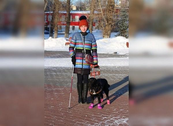 Жительница Горловки, потерявшая зрение, получила собаку-поводыря, которую для нее воспитали в российском городе