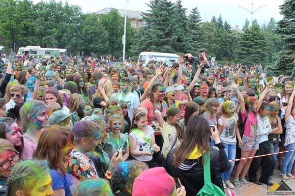 Последний школьный день в Горловке отметили фестивалем красок