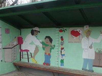 В горловском поселке Гольмовский разукрасили остановку общественного транспорта