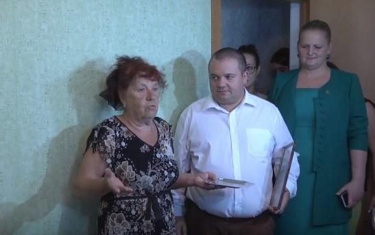 В Горловке женщине из Зайцево, у которой сгорел дом в начале июля, вручили ключи от квартиры
