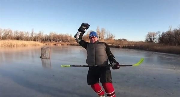 Хоккеисты Горловки впервые в этом году вышли на лед. Ледовой арены нет, но они катаются на ставке