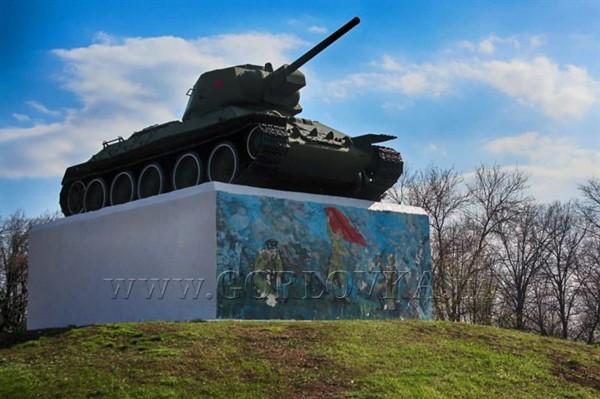 В Горловке красят и обновляют памятники Советского периода