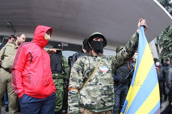 Утро в Горловке началось с вооруженного вторжения в здание горсовета: на всех выходах из мэрии – люди в масках с автоматами