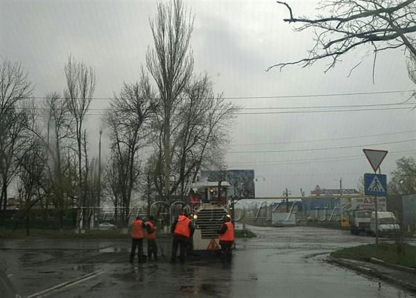 В Горловке начат ремонт дороги, его делают снова в дождь