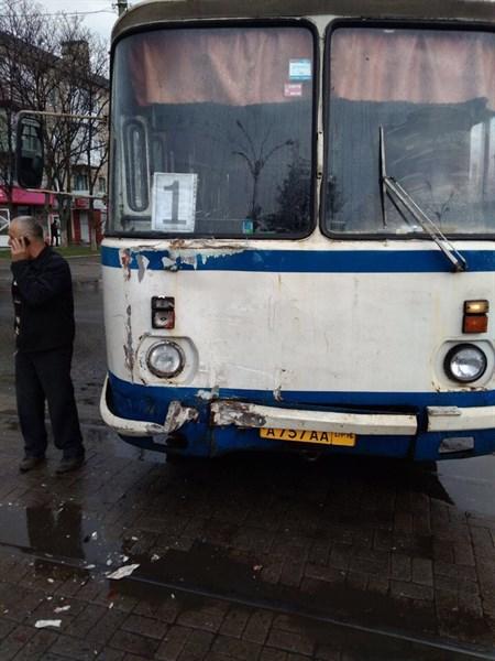 Сегодня в Горловке в центре города столкнулись два автобуса