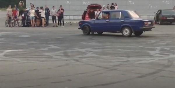 """Возле разграбленного супермаркета """"Амстор"""" в Горловке устраивают автогонки (ВИДЕО)"""