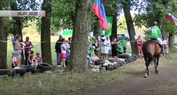 В Горловке прошел турнир по конному спорту: участвовали дети от девяти лет