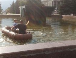 В оккупационной Горловке люди плавают на резиновой лодке в городском фонтане. ФОТОФАКТ