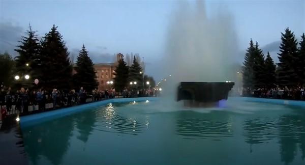 На площади Победы 1 мая торжественно открыли городской фонтан. Вот видео, как все происходило