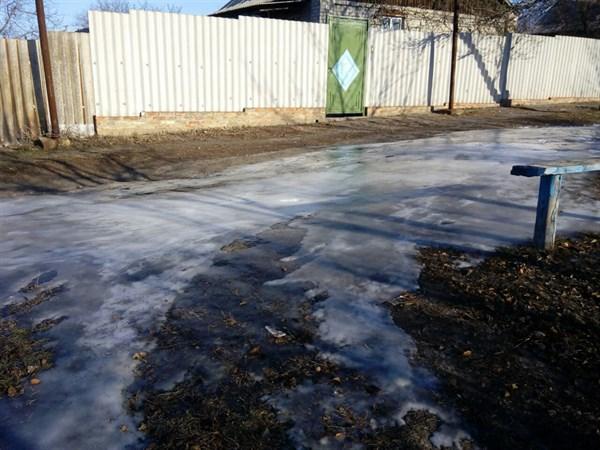 В Горловке никто не устраняет порывы воды месяцами. Жители ломают ноги