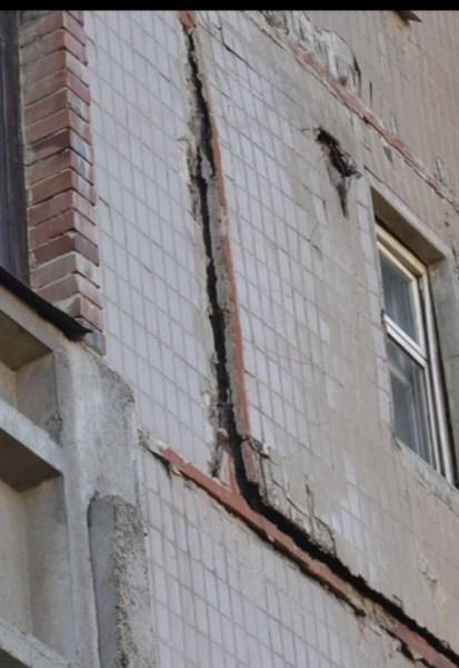 В Горловке по улице Матросова, 101 отваливается часть стены: жители боятся большой трагедии