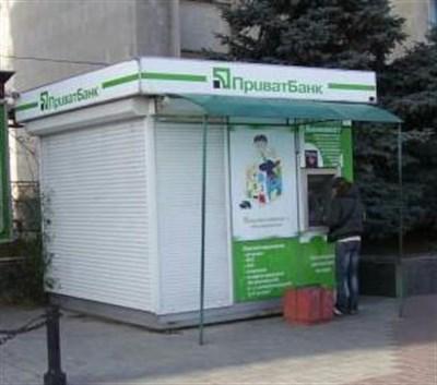 """В Горловке помещение, где располагалось отделение """"Приватбанка"""", приспособили для продажи овощей"""