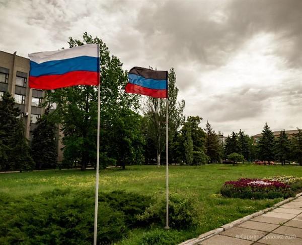 Возле администрации Горловки установили флаг России. Что это означает (ФОТОФАКТ)