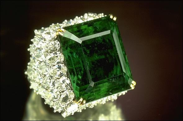 Как выбрать кольцо с изумрудом для женщины?