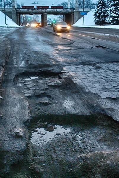 В Горловке пропадает асфальт на проезжей части (ФОТО)