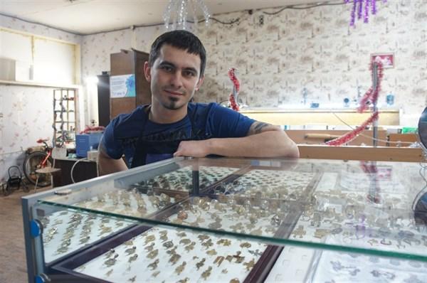 Переселенец из Горловки открыл ювелирную мастерскую в Краматорске. Он делает редкие украшения