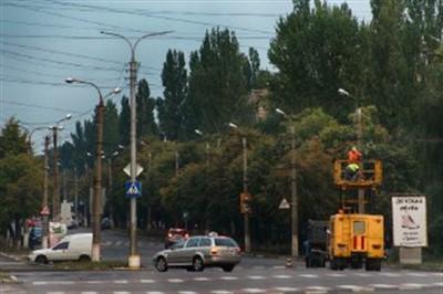 В центре Горловки меняют электрические провода для троллейбусов