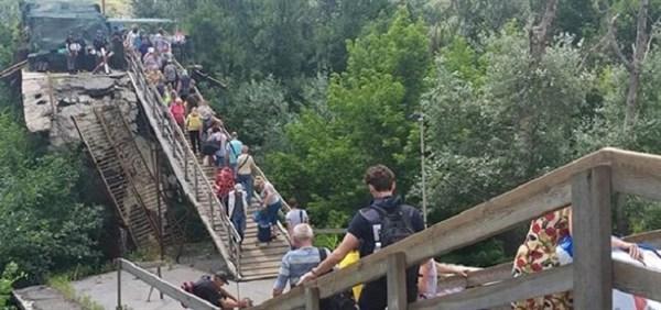 На Станице Луганской продолжают восстанавливать мост. К октябрю будет временная переправа