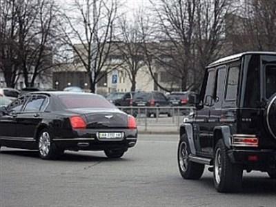 По российским дорогам приятней ездить? Горловские ДНРовцы на похищенных Porsche, Ferrari и Bentley пытаются выехать из Украины